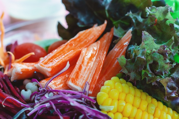 新鮮な野菜のダイエットと健康的な食事のためのサラダ