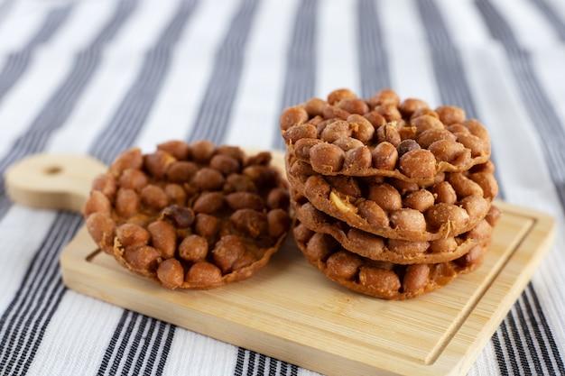 アジアのデザート、食べ物、食事のコンセプトのタイ風揚げピーナッツクッキー