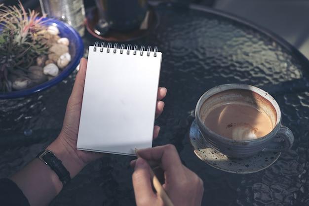 女性、ノート、ライティング