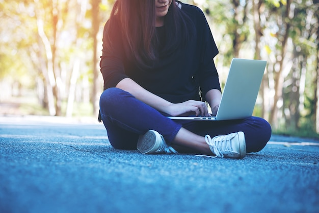 モックアップラップトップコンピュータを使用して人々の手