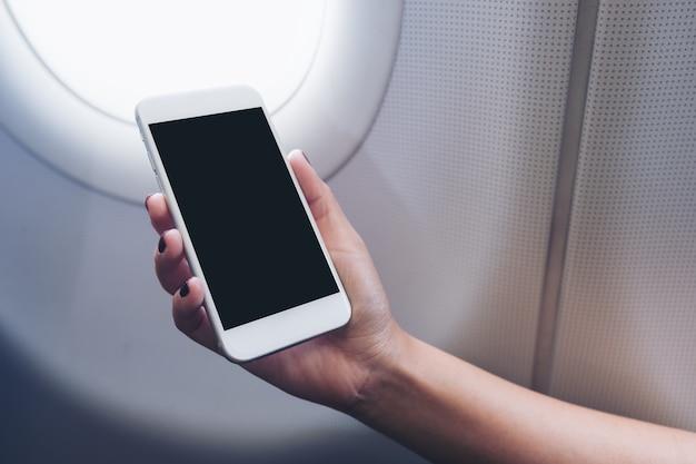Люди держат макет смартфона