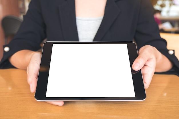 Бизнесмен, проведение и показ черный планшетный пк с пустой белый рабочий стол на вкладке