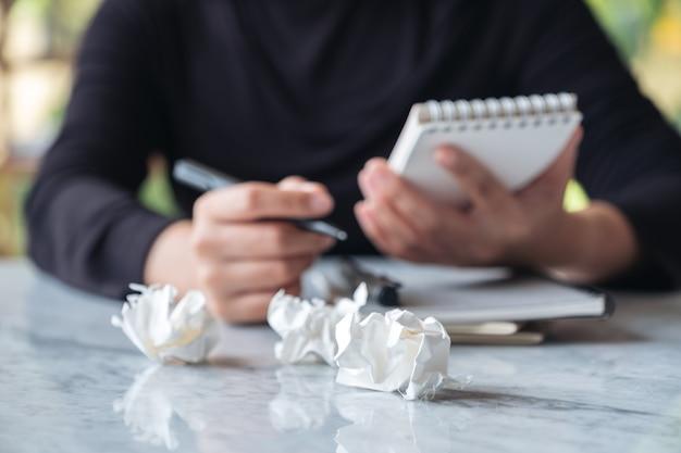 仕事をしたり、書類を絞ったりするストレスのたまった女性