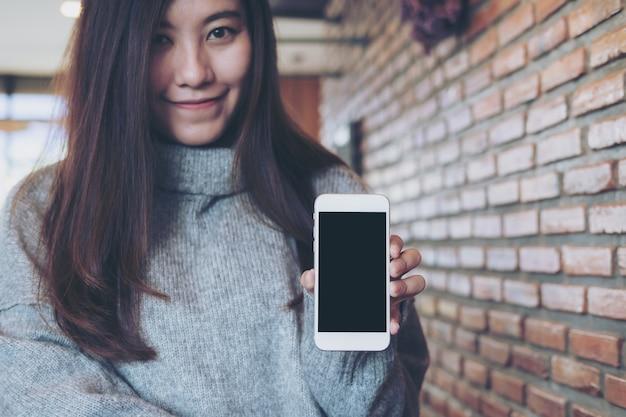 モックアップスマートフォンを持つ女性