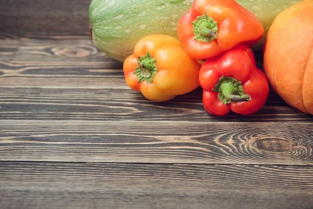 Свежие фермеры садовые овощи на деревянный стол