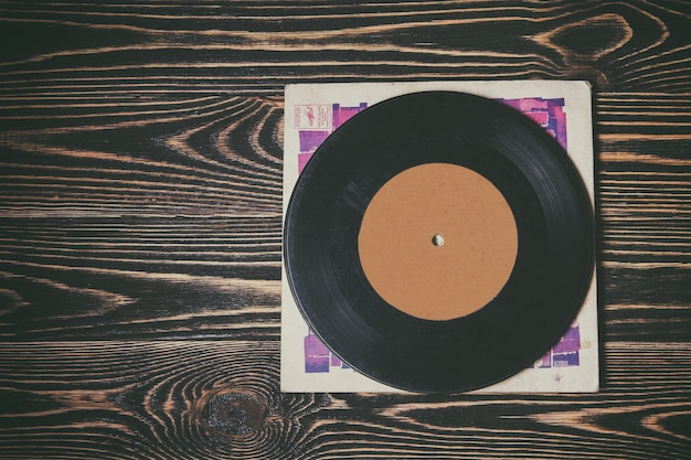 木製のテーブルの上の古いビニールレコード