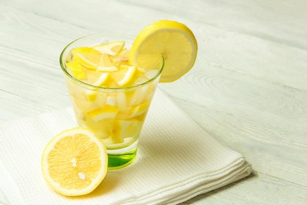 Вода с лимоном. лимонад с дольками лимона