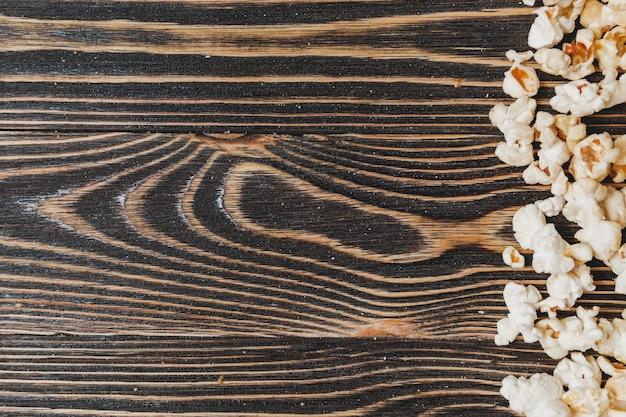 木製のテーブルの上のポップコーン、クローズアップ