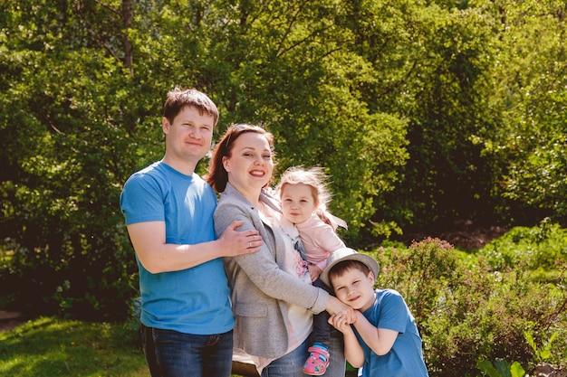 幸せな家族アウトドア母親父親息子娘