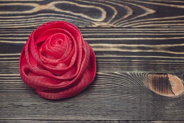 木製の背景に純風呂スポンジ赤い色