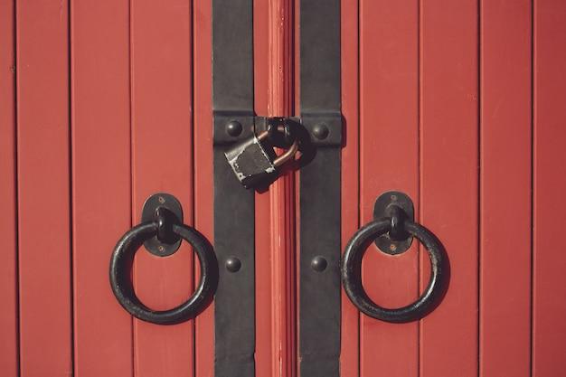 美しい古い赤い木製ドア要素