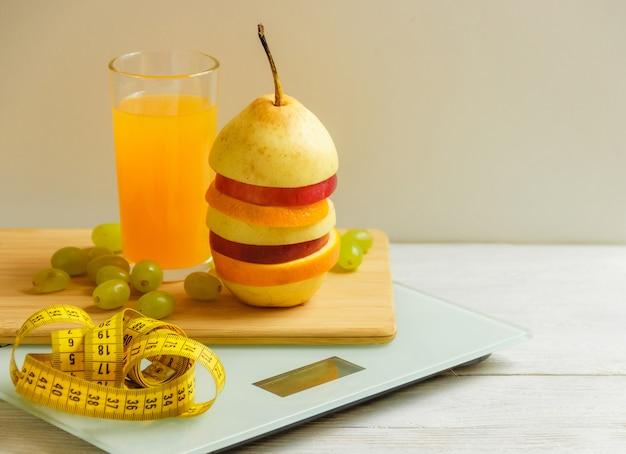 フロアスケールと木製のテーブルの上の果物