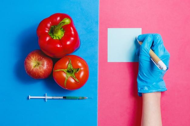 ピンクと青の背景に遺伝子組み換え食品のコンセプト