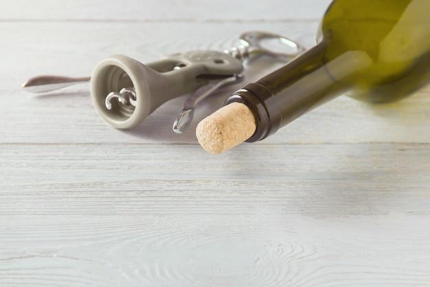 白い木製のテーブルにワインのボトル