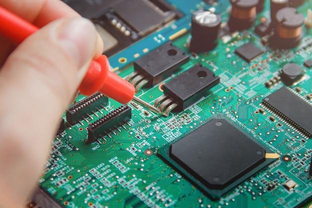 多くの電気部品を備えたプリント基板