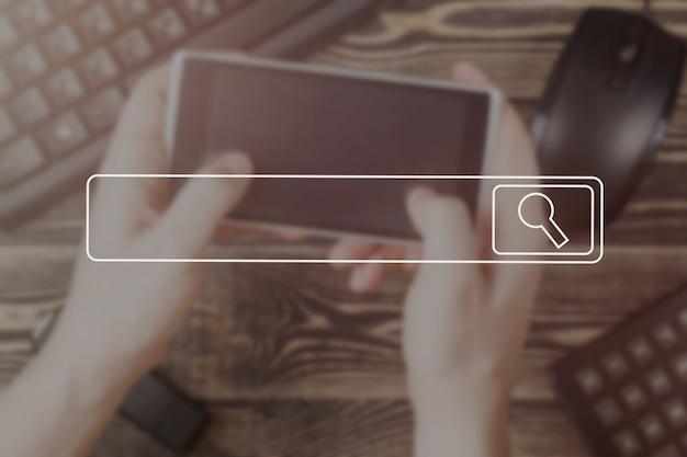 Поиск просматривая интернет-данных информационной сети концепции мягкое изображение фокуса винтажная концепция.