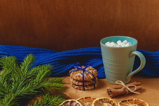 モミ、スカーフ、ドライオレンジ、ビスケット、シナモンとクリスマスの背景