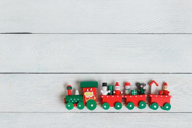 Красочный праздничный рождественский поезд на белом фоне