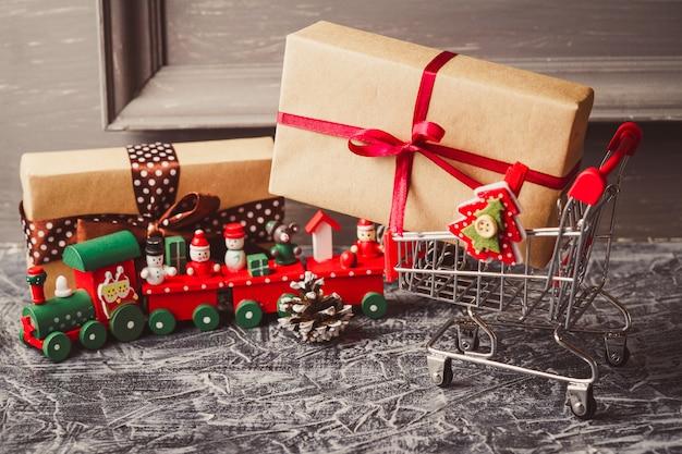 ギフト付きのショッピングカートまたはコンクリートテーブルの上に存在します。