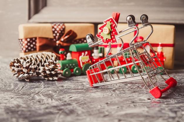Новогодний фон с рождественский подарок на конкретном фоне.
