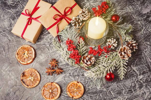 Рождественские свечи и украшения на конкретный фон с огнями.