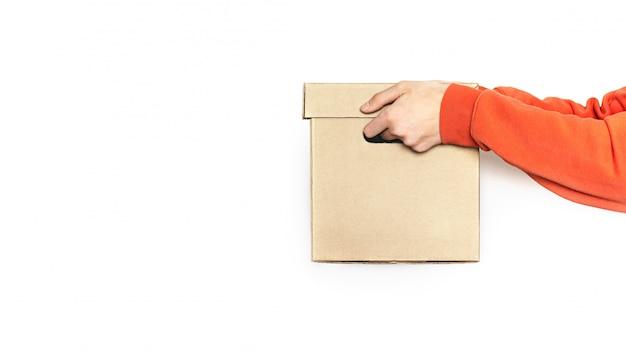 Доставка еды. человек держит коробку с едой