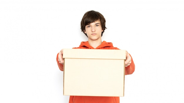 Бесконтактная доставка. человек в медицинской маске и перчатках держит коробку.
