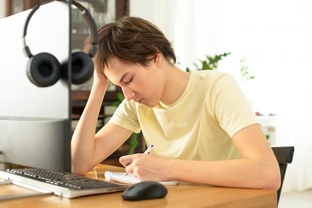 Мальчик и ноутбук у себя дома.