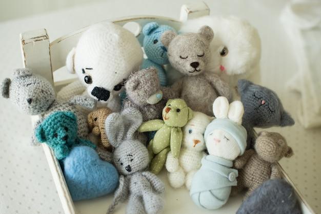 手作りおもちゃのコレクション。ニット製品、フェルトウール、コットンステッチの動物。
