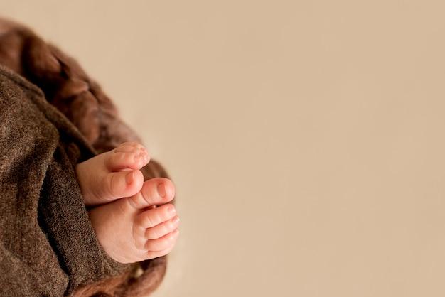 Ноги новорожденного ребенка, пальцы на ноге, материнская забота, любовь и семейные объятия концепция, нежность. копировать пространство