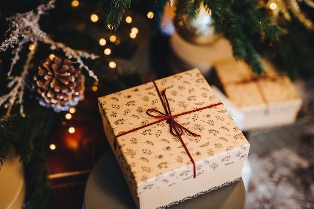飾られたクリスマスツリーの下の美しいラップボックス。