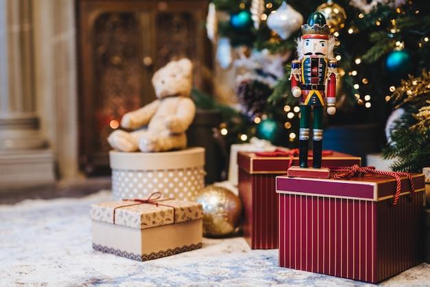 家の内部に対して多くの贈り物で飾られたクリスマスまたは新年のツリーの画像