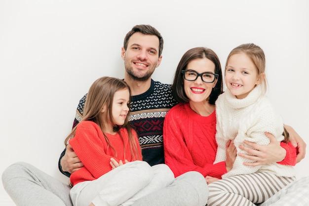 Счастливая семья наслаждается общением, свободное время на выходных дома, позируют для журнала