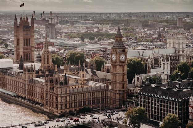 ロンドンのビッグベンとウェストミンスター橋の眺め。