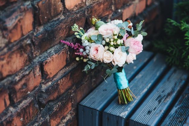 レンガの壁に美しい花や花嫁のブーケ