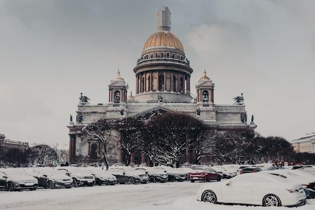 Исаакиевский собор в санкт-петербурге, россия. прекрасный вид на исторический памятник или достопримечательность зимой
