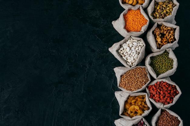 Вид сверху маленьких мешочков, наполненных семенами бобов и сухофруктами
