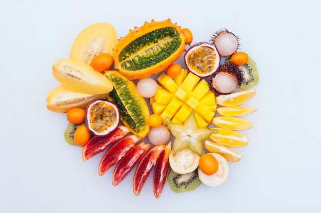 Ломтики звездного дерева, манго, кивано, киви, рамбутана, сформированные в круг