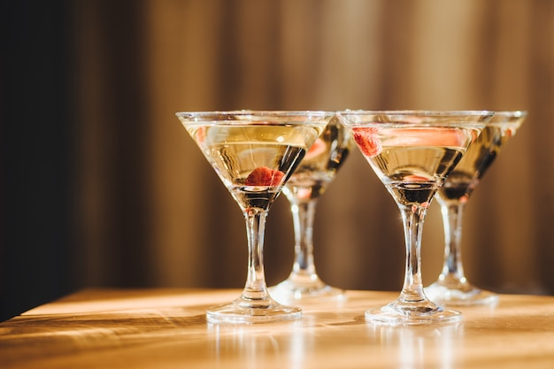 飲み物と透明なメガネ