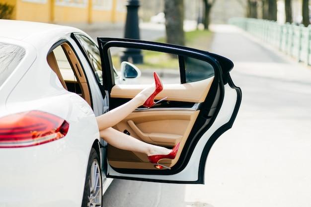 Ноги женщины торчат из машины