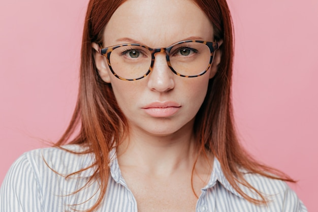Крупным планом выстрел из прекрасной женской модели носит большие оптические очки