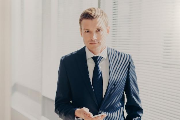 フォーマルな服装のビジネスマン