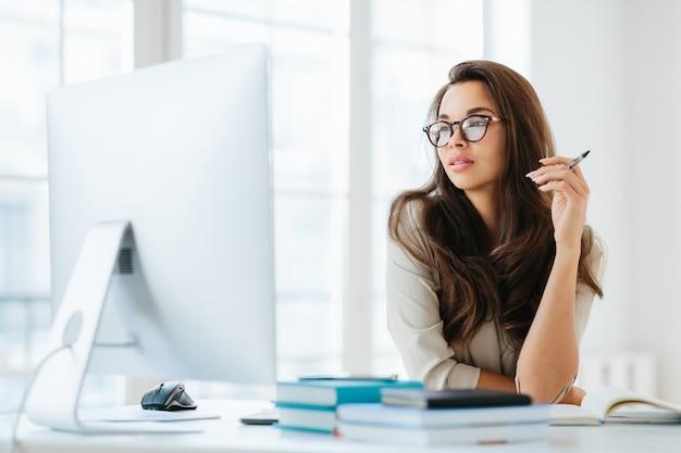 Женский предприниматель, сосредоточены в мониторе компьютера
