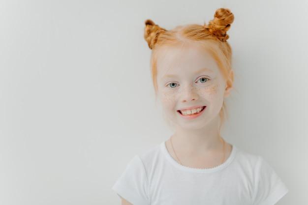 ダブルジンジャーパン、顔にそばかす、歯を見せる笑顔で肯定的な魅力的な女の子