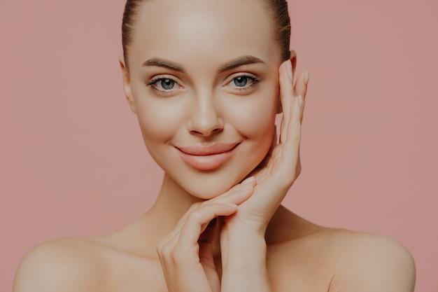 清潔でさわやかな肌を持つ美しい若い女性