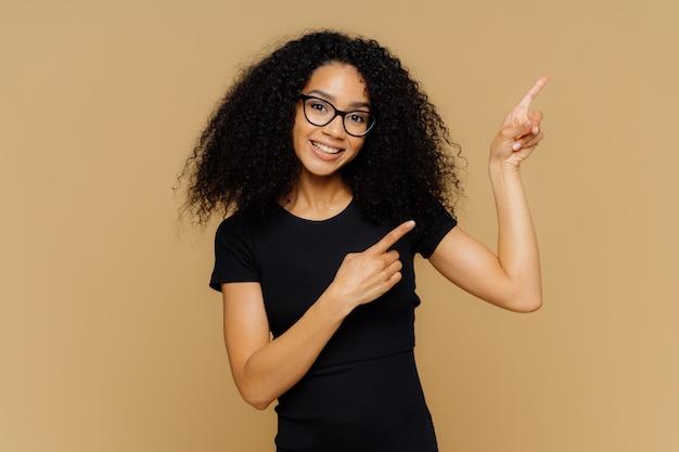 右上隅にある喜んで満足している黒い肌の女性のポイントは、広告コンテンツの場所を示しています