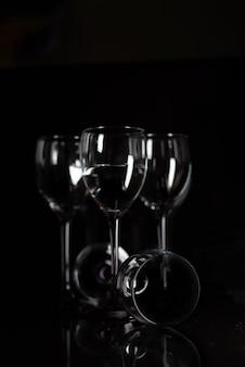 ガラスワインに水に抽象的なインクドロップ