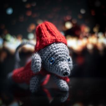 手作りのニットグッズ。あみぐるみのネズミ。かぎ針編みのぬいぐるみ。マウスは船でかぎ針編みされています。