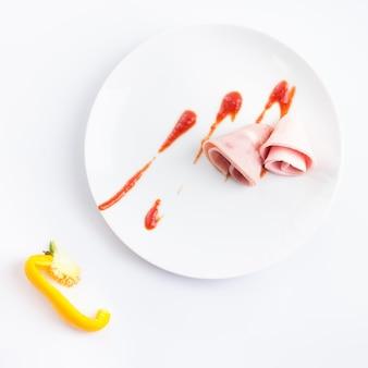 Творческая композиция на белой тарелке с пряными приправами.