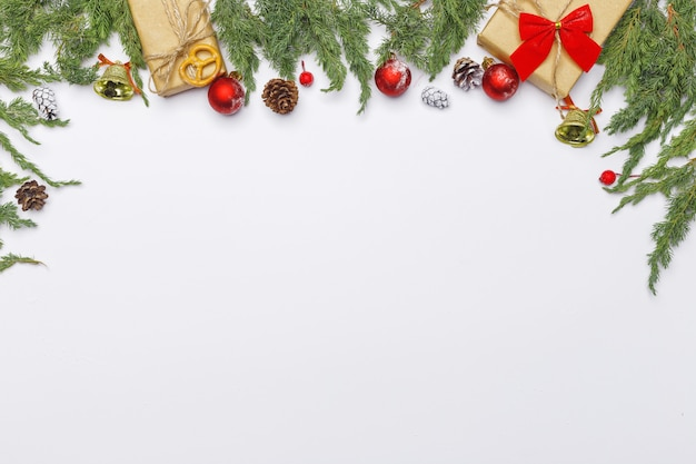 針葉樹の枝、装飾、明るい背景にお菓子のクリスマス組成。フラット横たわっていた。トップビュー自然新年コンセプト。コピースペース。